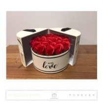 Luxus illatos közepes méretű piros színű szappan rózsák, 25  darab egy kör alakú nyitható díszdobozban